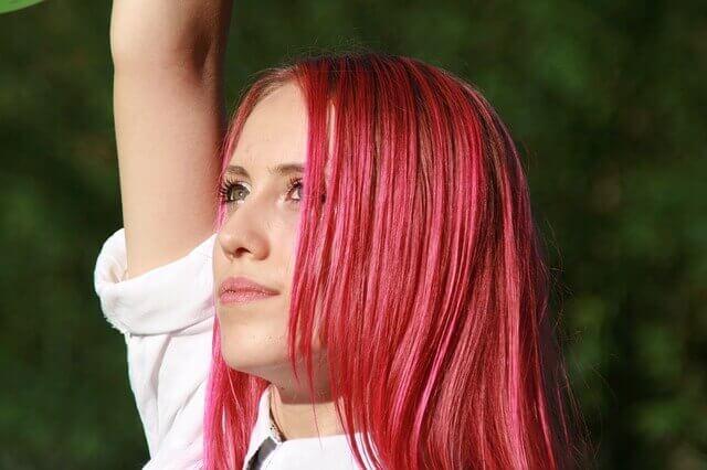 ピンク色の髪色の女性の写真