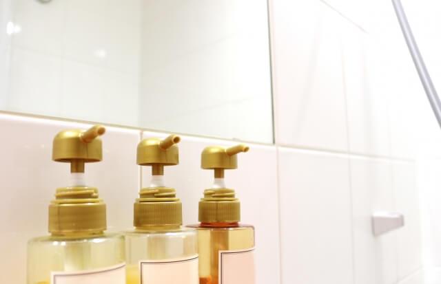 風呂場のシャンプーボトルの写真