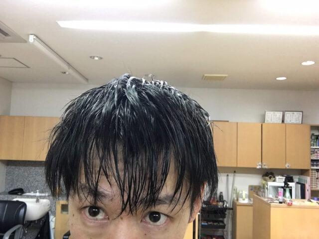 男の髪をノーシャンプーで洗って乾かす前の写真