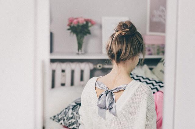 まとめ髪をしている女性の写真