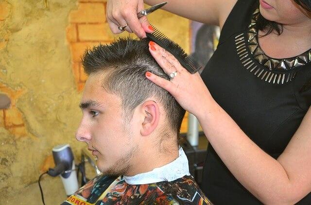 髪を切られる男性の写真