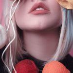 薄ピンク色の髪色の女性の画像