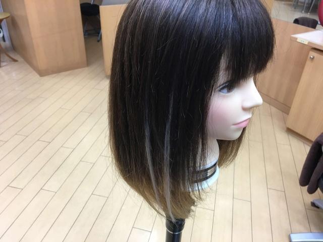 シールエクステを2本付けた髪の毛の写真