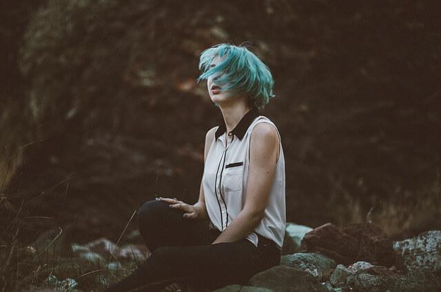 髪を振るボブヘアの女性の写真