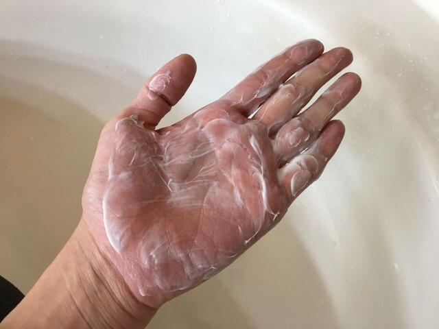 手のひらに伸ばしたノーシャンプーの写真