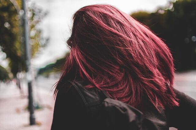 ピンクアッシュの髪色の女性の写真
