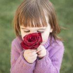 ニオイを嗅ぐ少女の写真