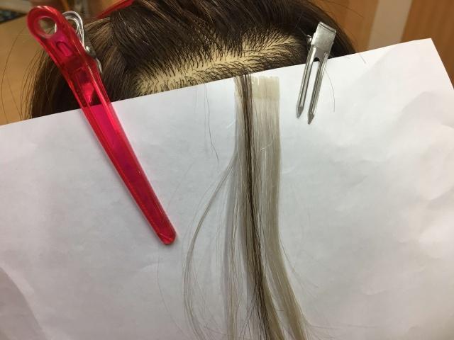 髪の毛にシールエクステを付けた写真