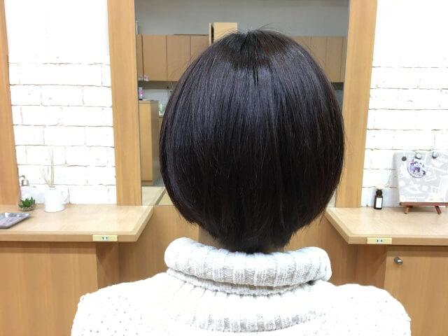 ノーシャンプーで洗う前の女性の髪の写真