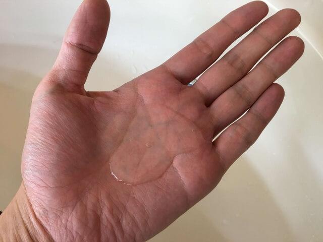 手のひらに出した一般的なシャンプーの写真