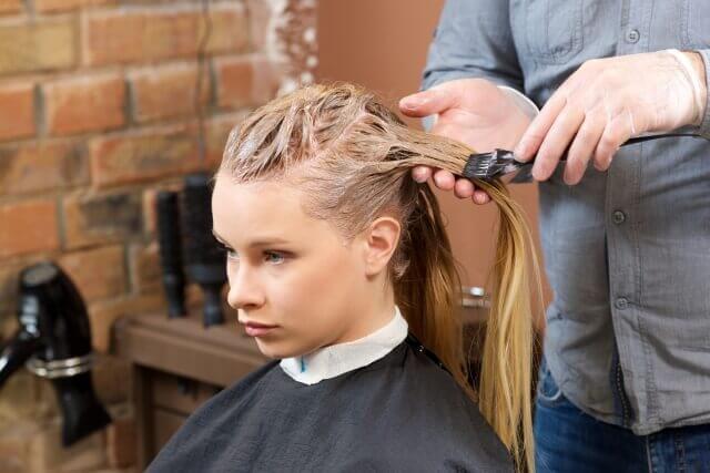 美容室で髪を染める女性の写真