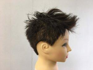 男性のショートヘアの髪型横の写真