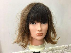 寝ぐせの付いた髪の毛の写真