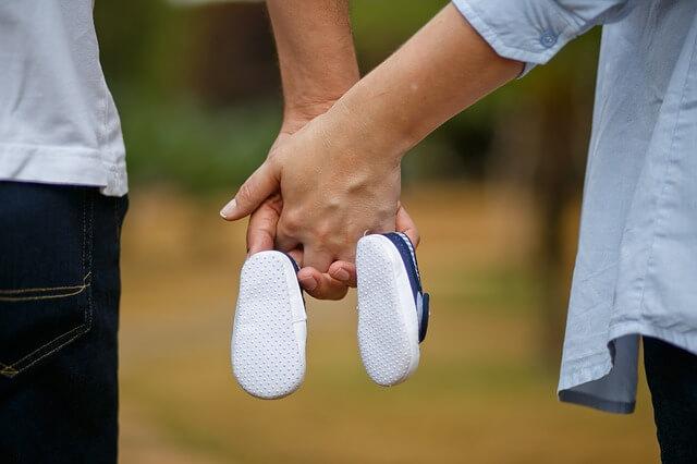 手を取り合う夫婦の写真