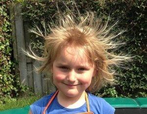 静電気の起きている子供の写真