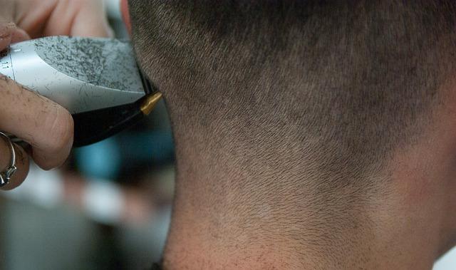 バリカンで髪を切る男性の写真