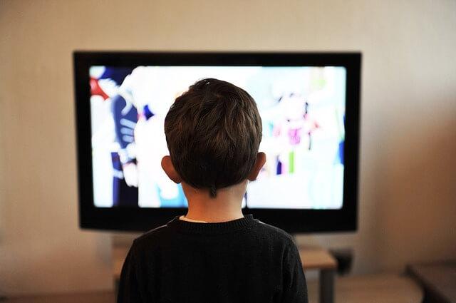 テレビを見る子供の写真