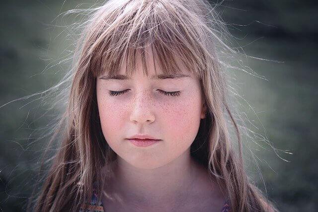 静電気の起きている女の子の写真