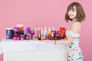 ヘアケア製品を紹介している女の子の写真