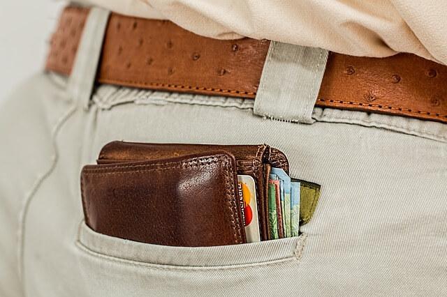ポケットに入った財布の写真