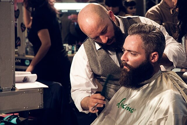 髪の毛を切る理容師の写真