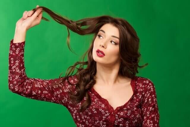 髪の毛をさわっている女性の写真