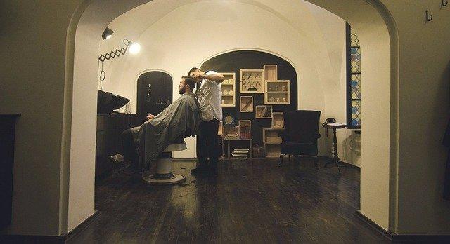 髪を切る理容師の写真