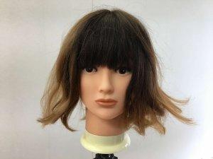 寝ぐせの付いた女性の髪の毛の写真