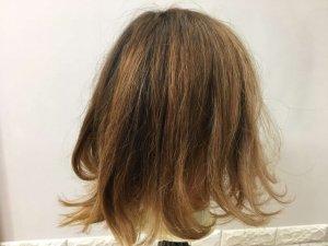 寝ぐせの付いた髪の毛後ろの写真