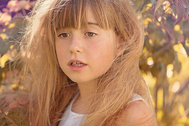 髪が乱れている女の子の写真