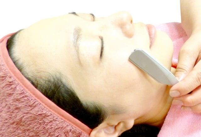 顔剃りをする女性の写真