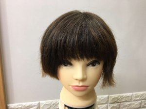 髪の毛を梳かしたショートヘアの写真