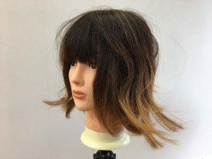 寝ぐせの付いた女性の髪の毛横の写真