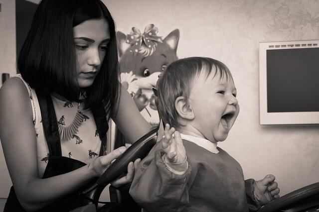 髪を切られて喜ぶ子供の写真
