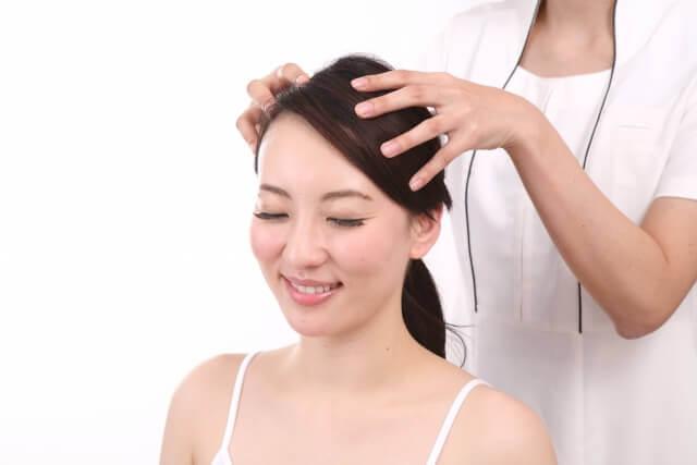 頭皮マッサージをされる女性の写真