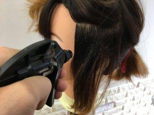 髪の毛の根元を濡らしている写真