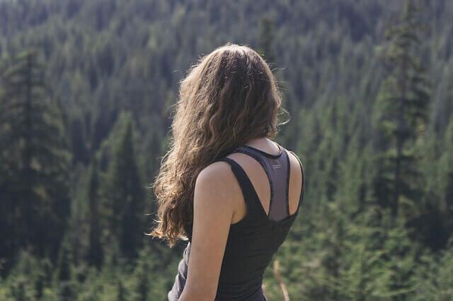 髪の毛が広がっている女性の写真