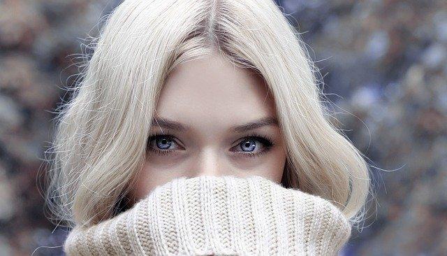明るい髪の女性