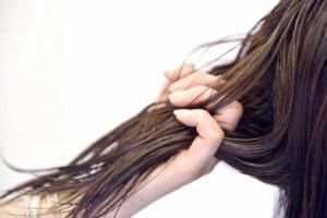 流さないトリートメントを髪の毛に付けている写真