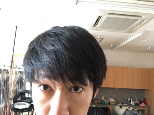手のひらでサイドを抑える前の髪の毛の写真