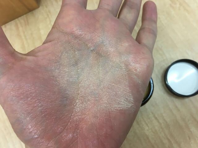 手のひらに伸ばしたオーガニックワックスの写真