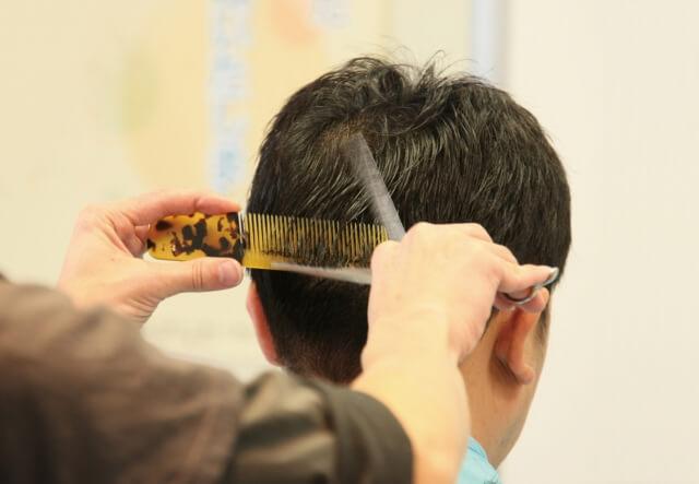 髪を切る人の写真