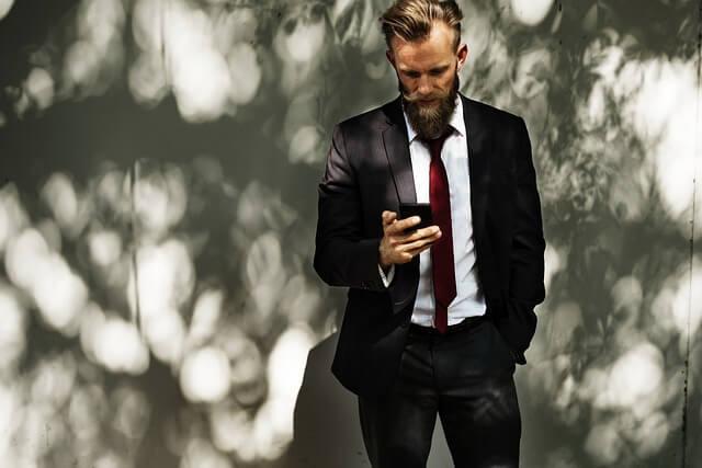 電話をかける男性の写真