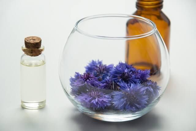 青い花と石油化粧品の写真