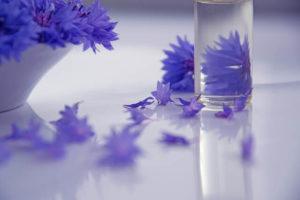 青い花とオイルの写真