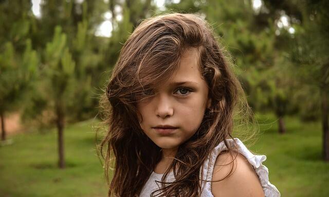 コチラを向いている女の子の写真