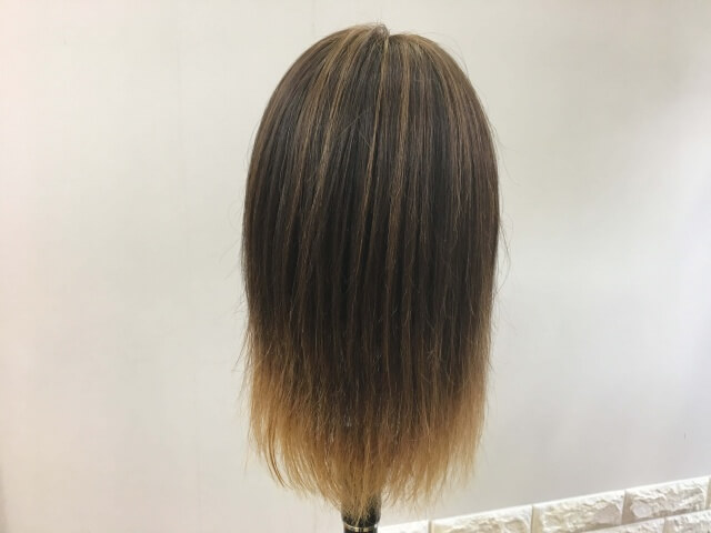 何もついていない髪の毛の後ろ姿の写真