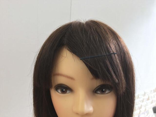前髪をピンで止めている髪の毛の写真