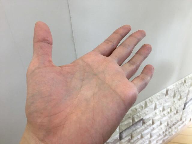 スーパーリッチシャインダメージリペアリッチ補修クリームの手に残り具合の写真