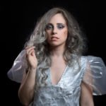 シルバーヘアカラーの女性の写真